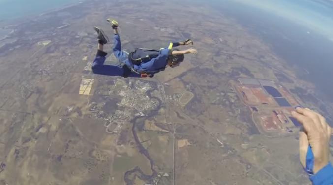 Sviene in volo: l'istruttore gli apre il paracadute e lo salva